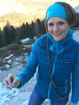 Tanja Blaue Jacke Gebirge (low res) 2016